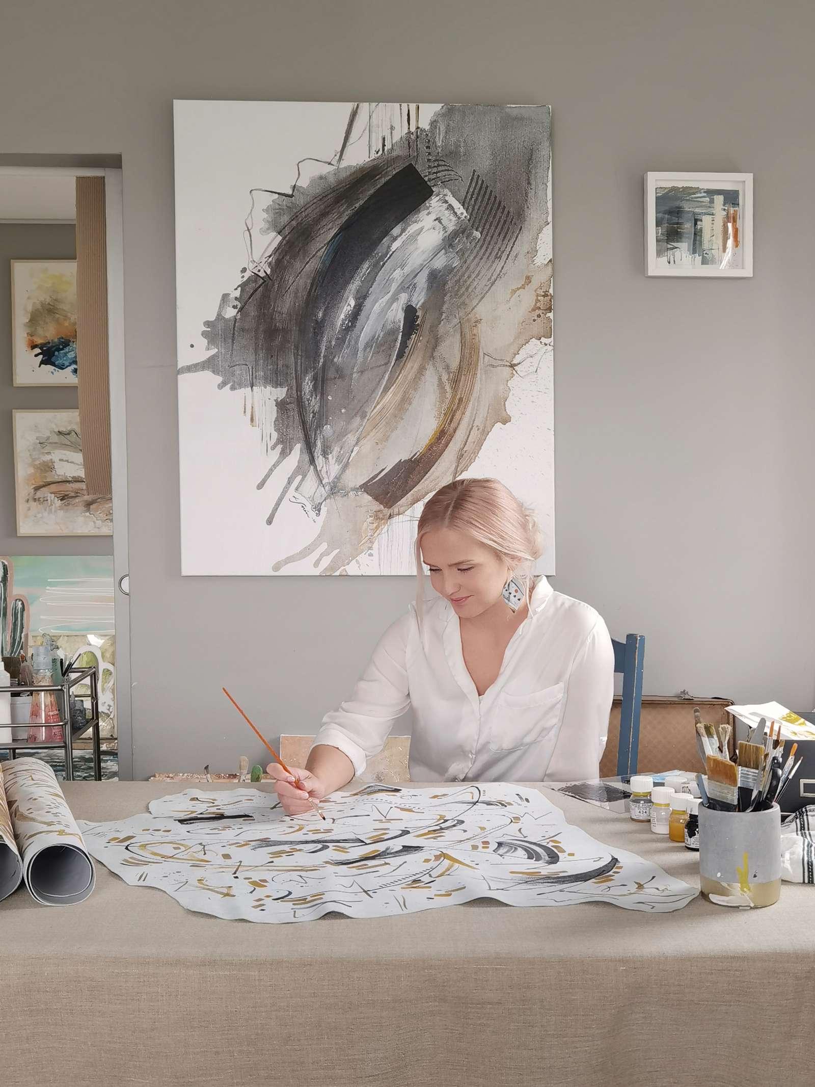 Taidemaalari Lotta Sirén työssään studiollaan Espoossa